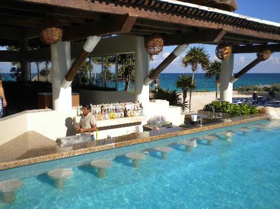 3 of the best swim up hotel bars drinking in america for Pool design with swim up bar